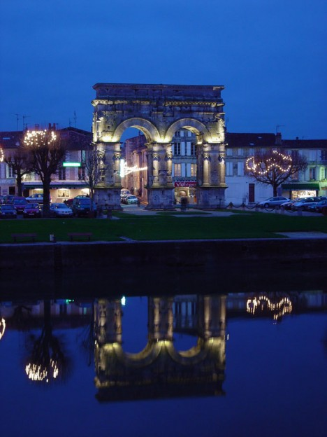 Arc_de_Germanicus_reflet_Saintes_17_illumination_festive_neo_light