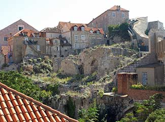 dubrovnik_walls_west_view_of_houses_w_war_damage_s_wall_ascends_at_right_325_ea093886