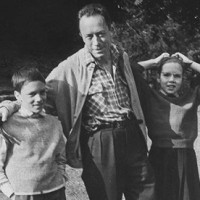 Albert-Camus-with-his-twi-008